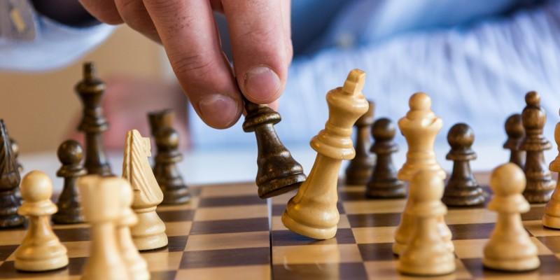 Mann macht einen Zug beim Schachspiel