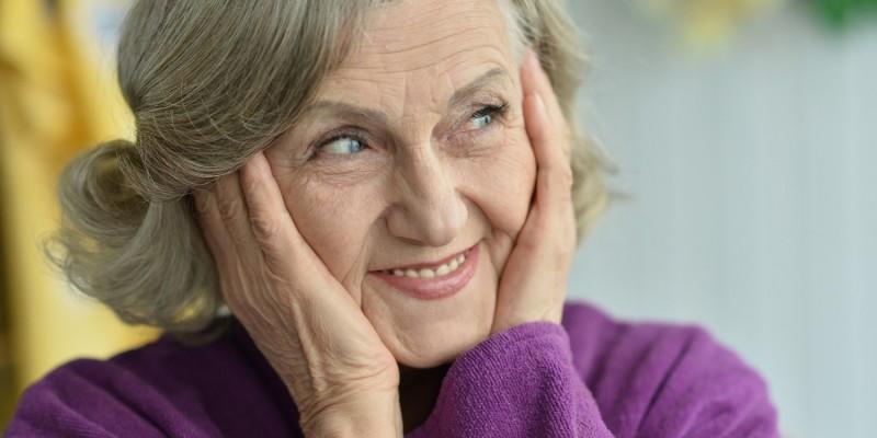 Seniorin lächelt zur Seite
