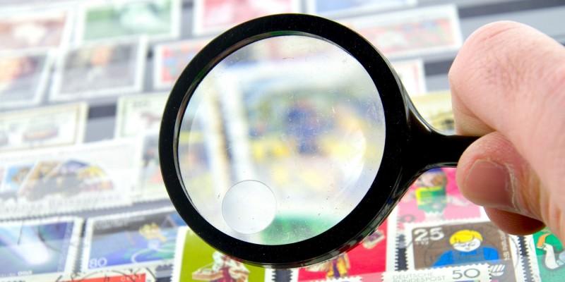 Briefmarkensammler mit Lupe