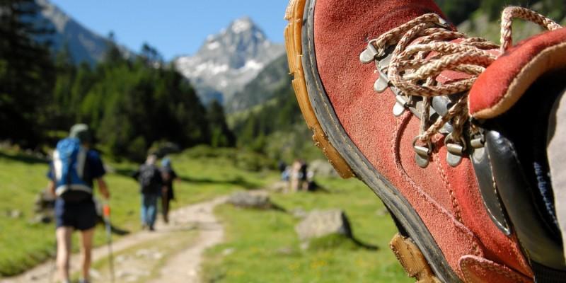 Roter Wanderschuh vor Bergkulisse