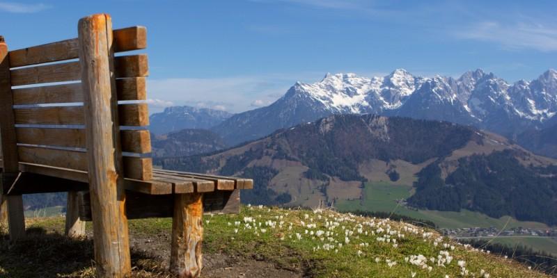 Freie Bank auf einem Berg