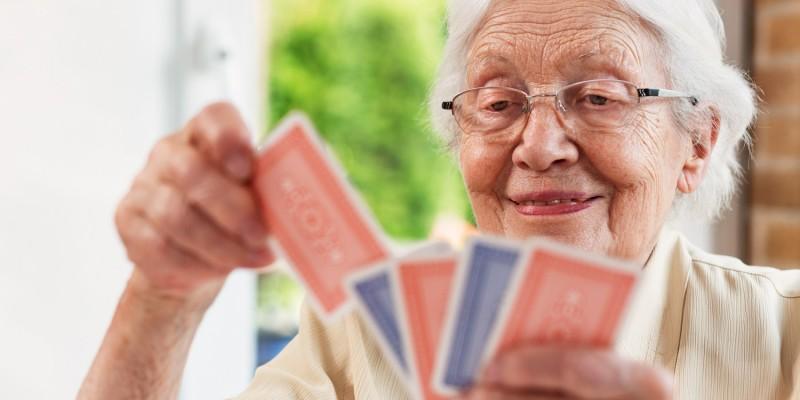 Seniorin beim Kartenspiel