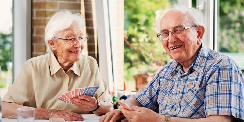 Seniorenpaar beim Mau-Mau-Spiel