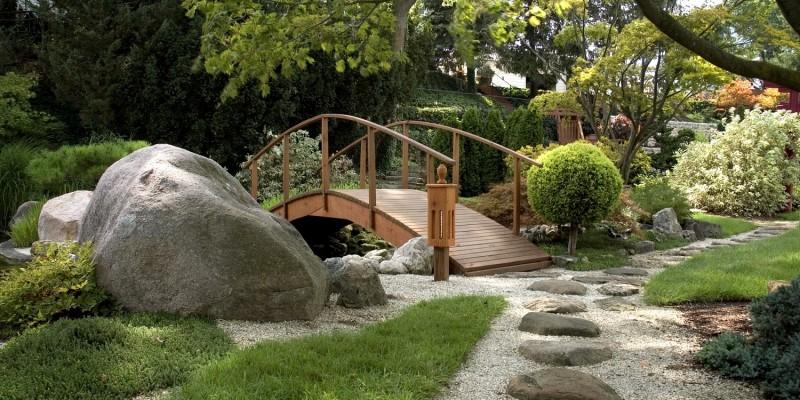 Holzbrücke in einem Steingarten