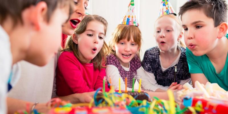 Kinder feiern einen bunten Kindergeburtstag