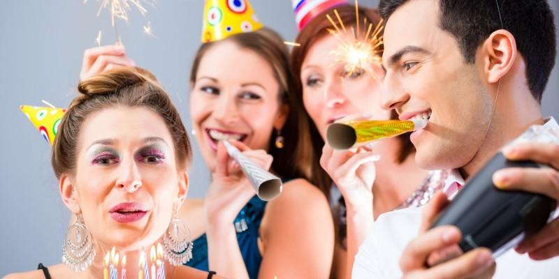 Junge Leute feiern eine Party