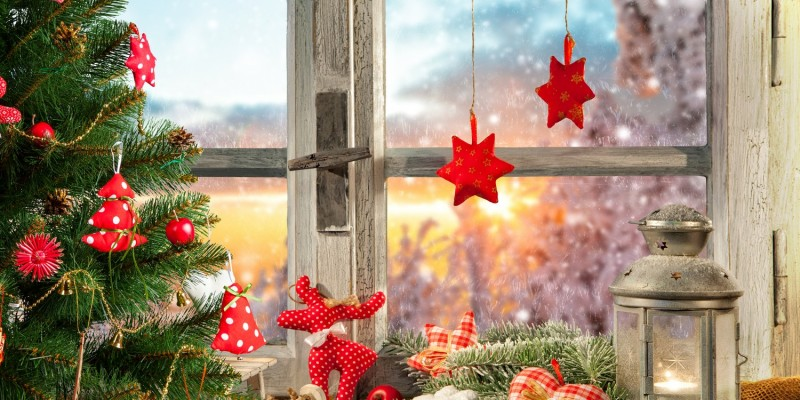 Weihnachtlich geschmücktes Fenster