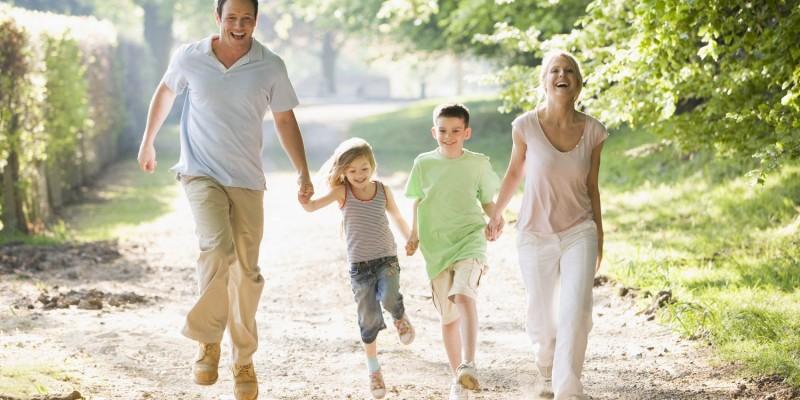 Junge Familie beim Spazieren
