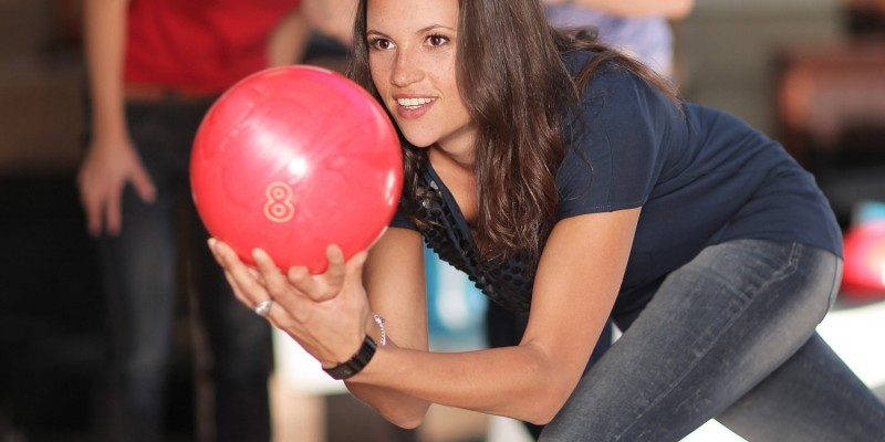 Frau beim Bowling